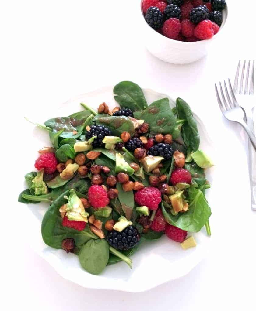 Berry Spinach Salad with Maple Cinnamon Chickpeas and Balsamic Dressing // Hummusapien.com