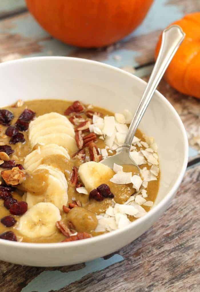A thick and creamy smoothie bowl that taste just like pumpkin pie!